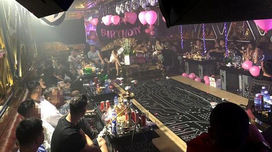 Phát hiện hàng trăm dân chơi ma túy tại quán karaoke