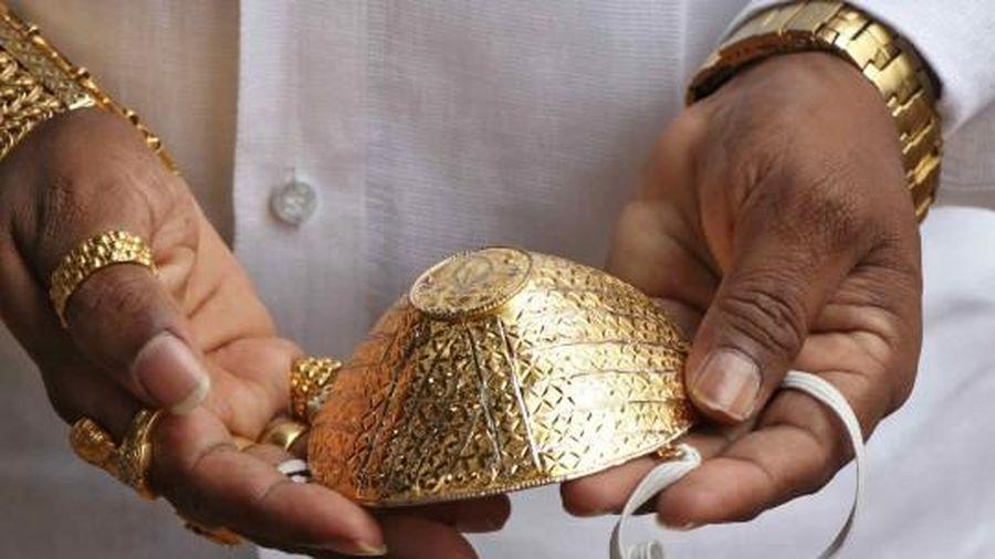 Đại gia chơi trội, đeo khẩu trang vàng ròng, giá 90 triệu đồng diễu phố