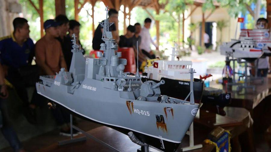Sinh viên chế tạo mô hình tàu quân sự