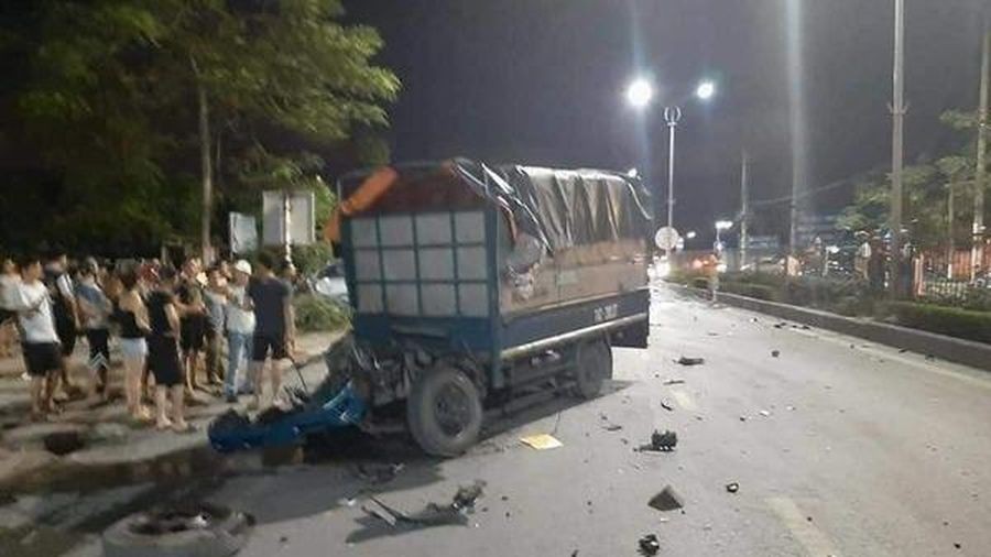 2 ô tô đấu đầu văng cabin xe tải xuống đường, tài xế tử vong