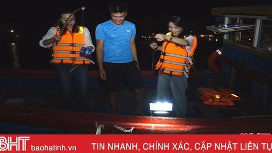 Dong thuyền câu mực đêm cùng ngư dân Hà Tĩnh