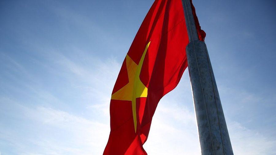 Xúc động buổi lễ thượng cờ tại đỉnh núi cao nhất đảo Lý Sơn