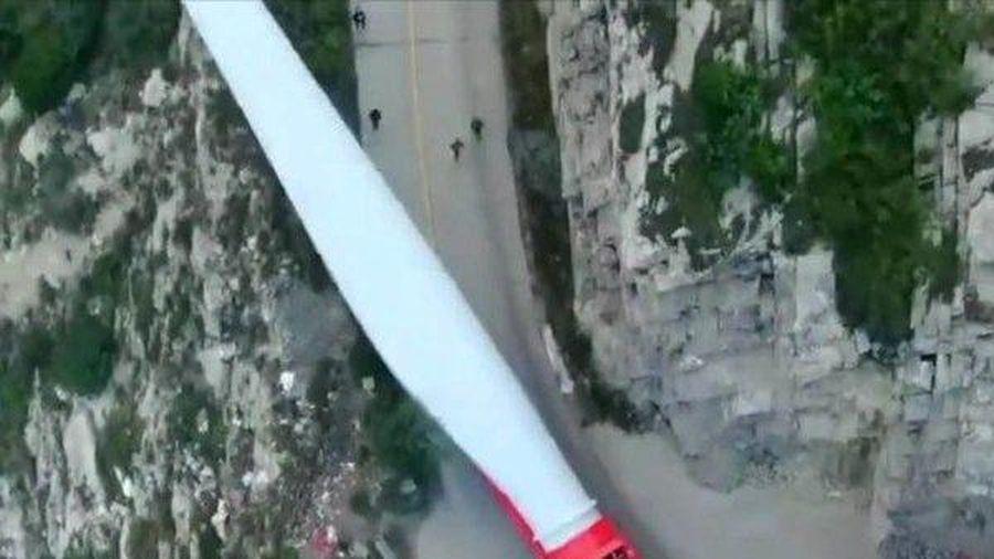 Clip: Hành trình vận chuyển cánh turbine gió dài 70m lên đỉnh núi hiểm trở