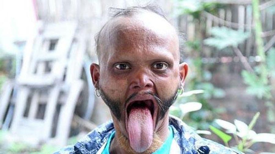Kỳ lạ người đàn ông có lưỡi siêu dài, chạm được đến trán