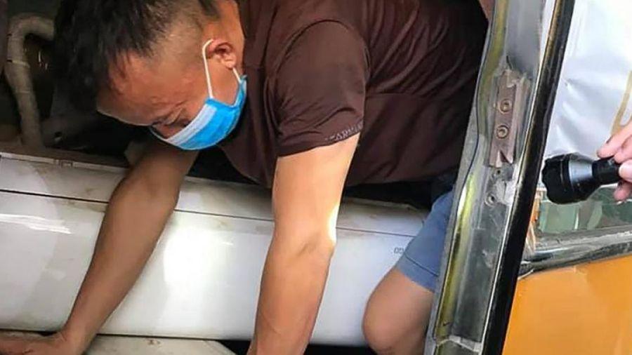 Chui trong hầm xe khách để trốn kiểm tra và cách ly y tế khi qua cửa khẩu