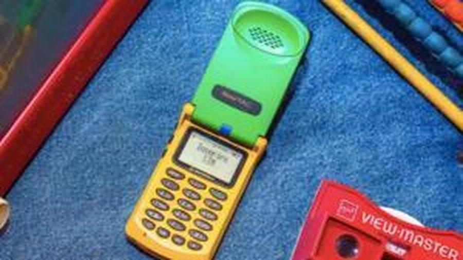 Cận cảnh chiếc điện thoại nắp gập đầu tiên trên thế giới, nhiều chi tiết có thể khiến bạn bật cười