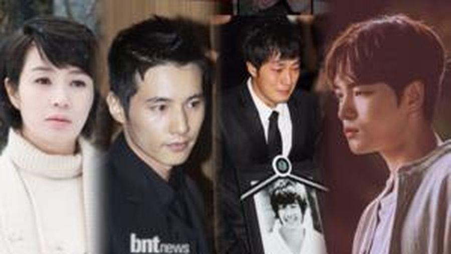 10 năm ngày Park Yong Ha qua đời: Chị đại Kim Hye Soo - Kim Jae Joong đến thăm mộ, dàn sao Hàn khóc nức nở ngày đưa tang mưa gió