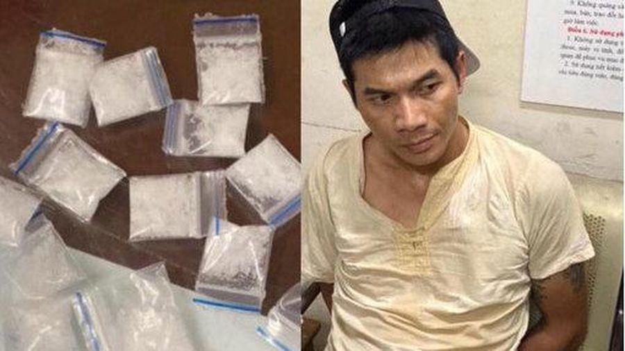 Bắt con nghiện giấu hàng chục túi ma túy trong người