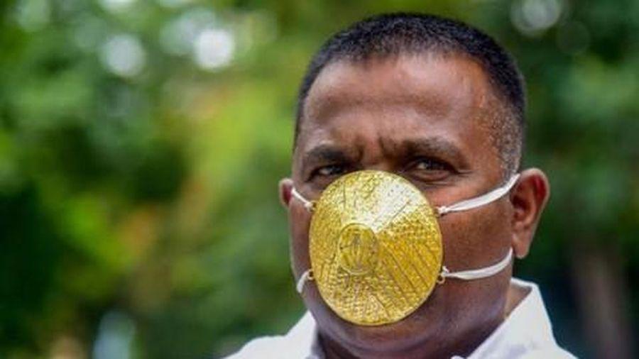 Doanh nhân Ấn Độ đeo khẩu trang vàng chống dịch nCoV
