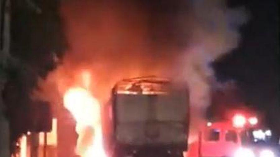 Xe tải trên quốc lộ 1A bốc cháy ngùn ngụt, tài xế nhảy ra ngoài thoát thân