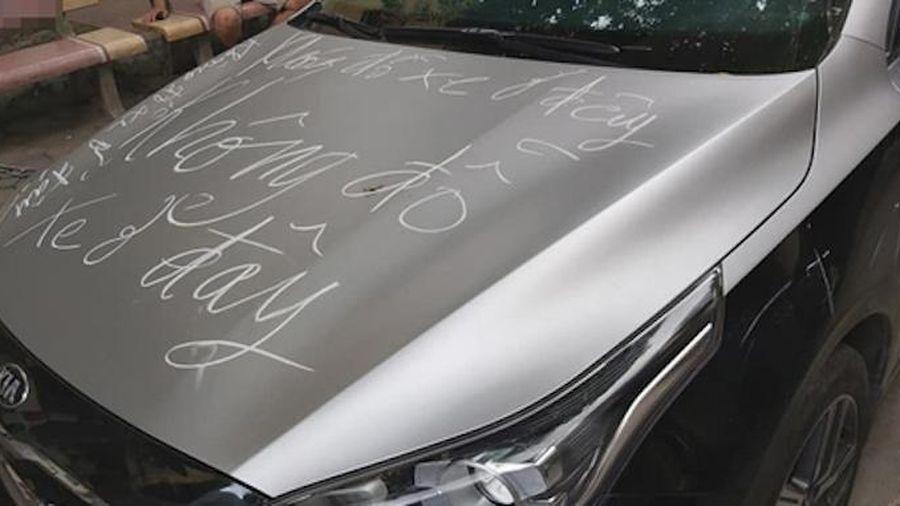 Đỗ chắn lối đi, ô tô bị viết cảnh cáo kín thân