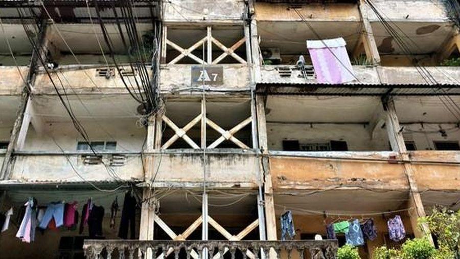 Cận cảnh căn nhà tập thể nghiêng 14 độ ở Hà Nội, hơn 200 người 'sống trong sợ hãi'