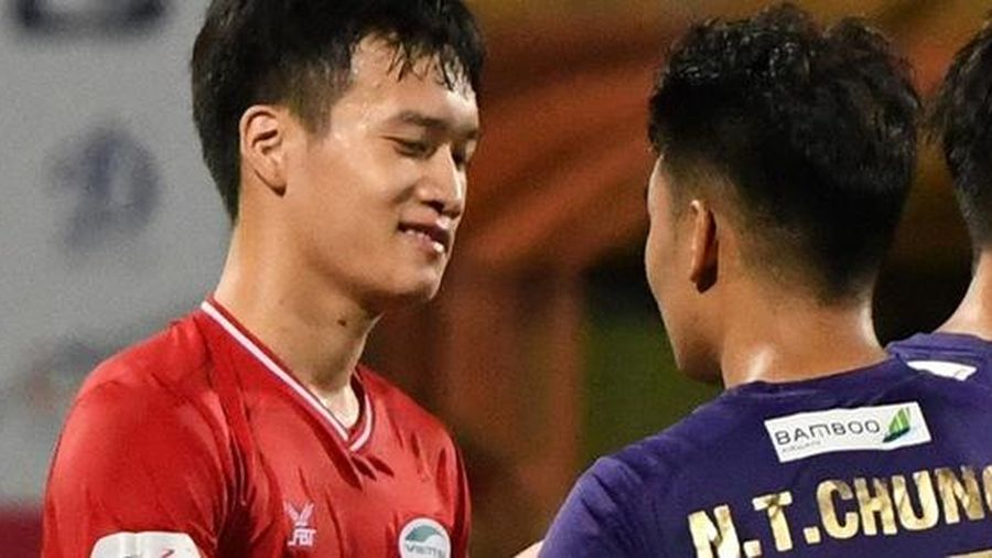Nụ cười đầy ẩn ý của tuyển thủ U23 Việt Nam sau khi khiến Thành Chung 'hối hận' vì sai lầm sơ đẳng, chán đến mức không muốn bắt tay đối thủ