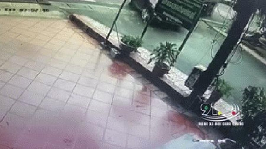 Clip: Khoảnh khắc ô tô con bị xe ben húc nát bét, lao vào nhà dân bên đường
