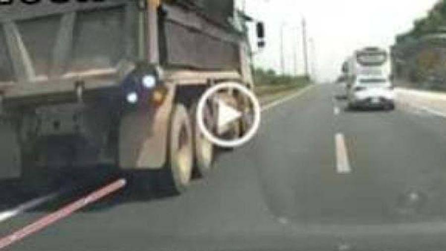 Truy tìm xe tải ngang nhiên đi lùi ở làn tốc độ 120km/h