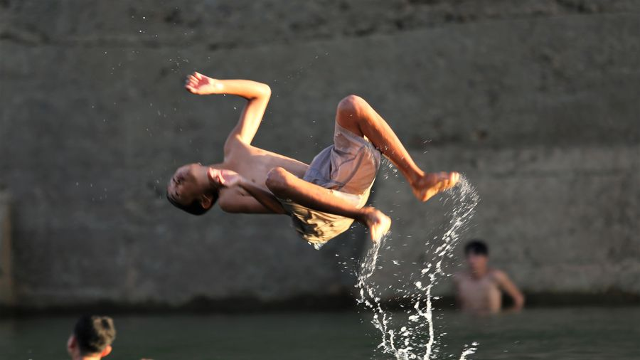 Người dân tắm giải nhiệt ở hồ Kẻ Gỗ