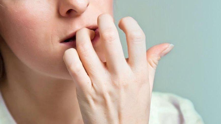 Tại sao con người có thói quen cắn móng tay?