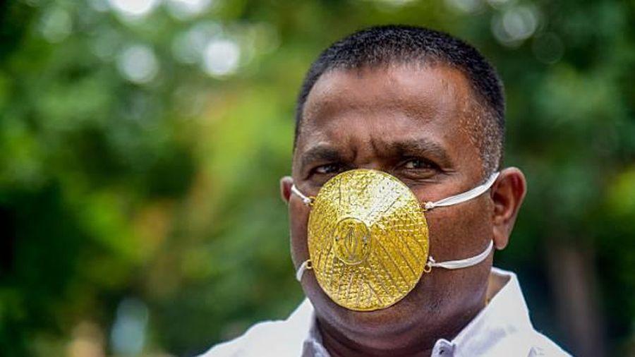 Doanh nhân Ấn Độ đeo khẩu trang bằng vàng chống Covid-19