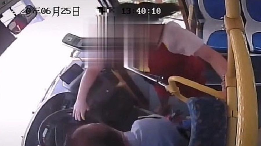 Ngủ quên lỡ điểm xuống xe buýt, người phụ nữ hành động sốc