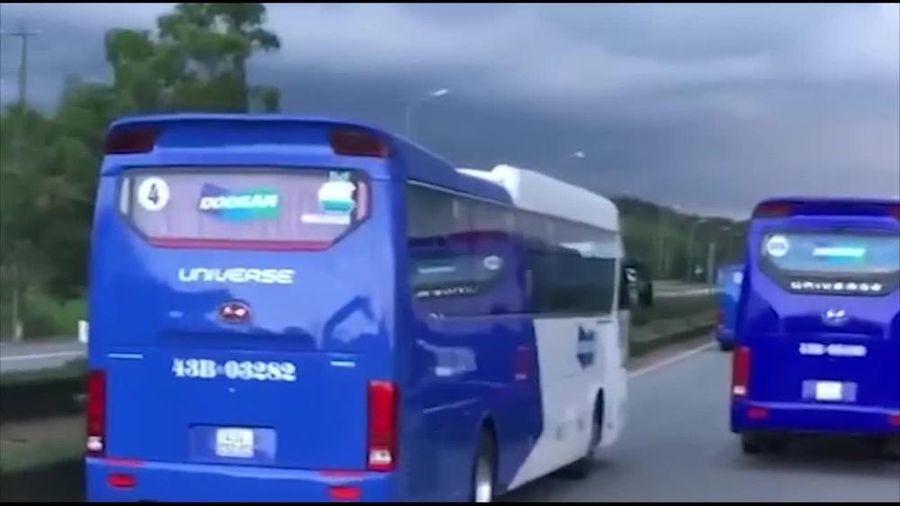 Xe chở công nhân chạy tốc độ cao cản đường xe chữa cháy