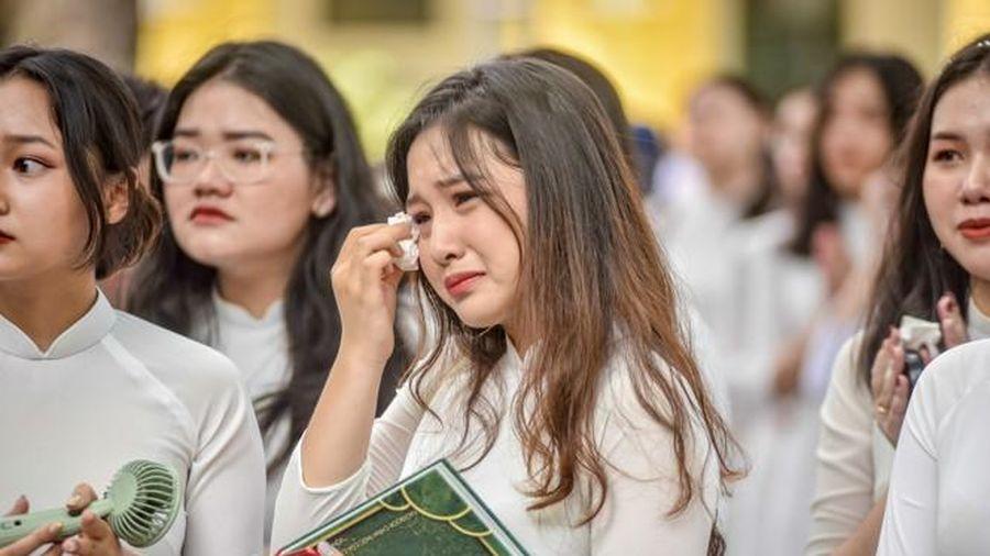 Nữ sinh Chu Văn An khóc nức nở trong lễ bế giảng cuối cùng
