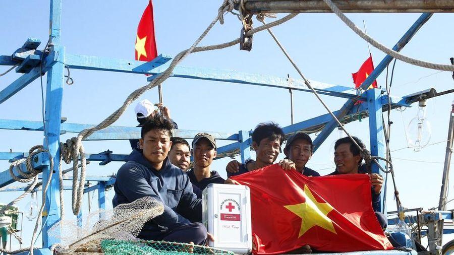 Cờ Tổ quốc, tủ thuốc y tế đến tay ngư dân Lý Sơn