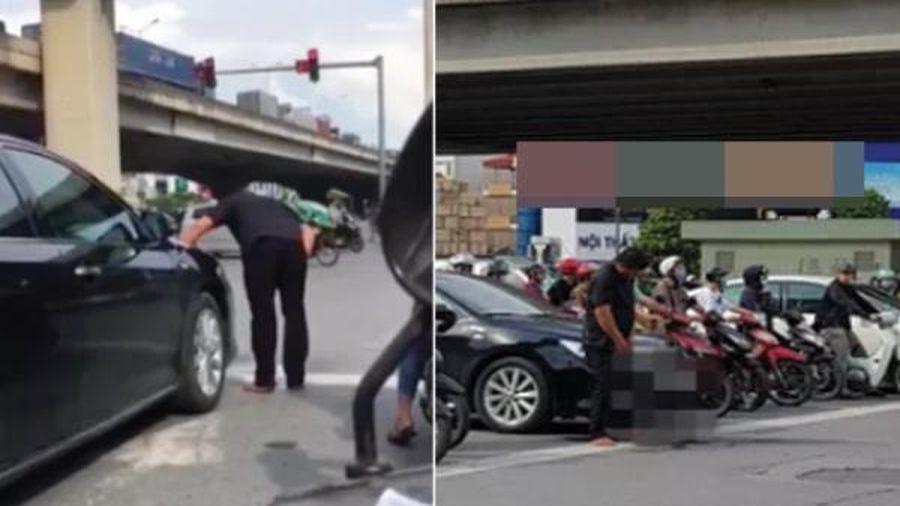 Người đàn ông đi ô tô thản nhiên đứng tiểu bậy trước mặt người dừng chờ đèn đỏ