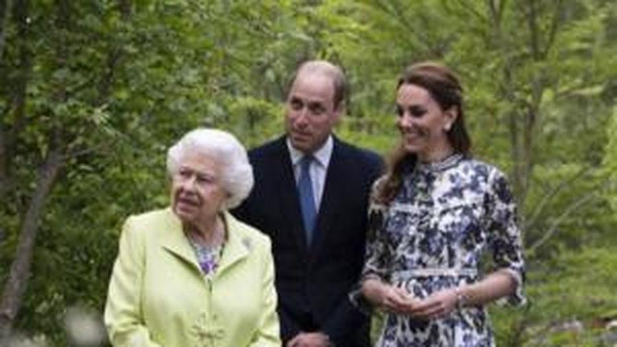 Kate được khen giống Nữ hoàng hơn cả mẹ chồng Diana