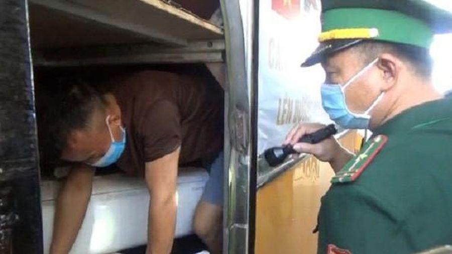 3 người chui hầm xe khách để trốn cách ly