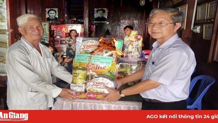 Lãnh đạo huyện Tri Tôn chúc mừng kỷ niệm ngày khai sáng đạo Phật giáo Hòa Hảo