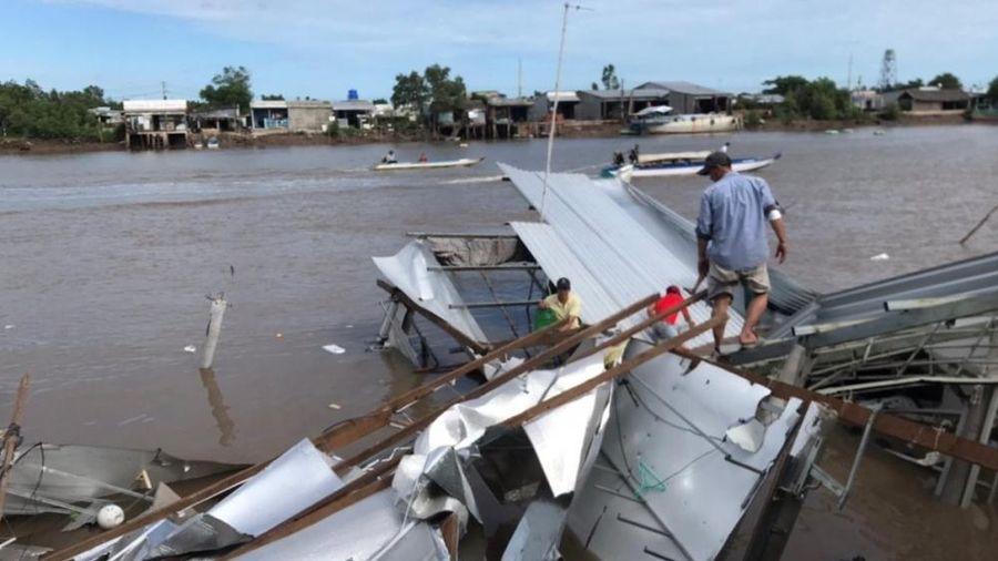 Cà Mau: Sạt lở lúc nửa đêm, hơn 10 căn nhà bị nhấn chìm xuống sông