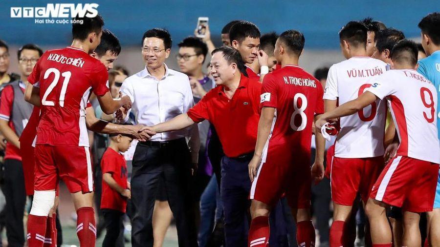 Bộ trưởng Nguyễn Mạnh Hùng dự khán derby Thủ đô, xuống sân gặp gỡ CLB Viettel