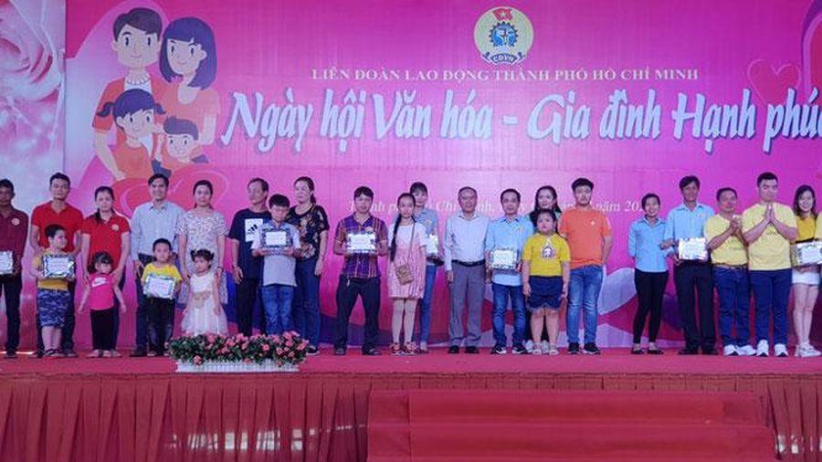 Tôn vinh 53 gia đình công nhân, viên chức, người lao động văn hóa - hạnh phúc