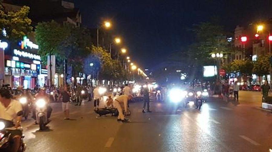 Hà Nội: Ô tô húc 7 xe máy đang dừng đèn đỏ rồi bỏ chạy
