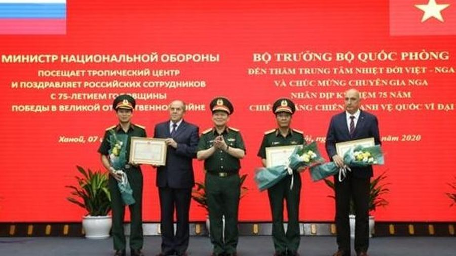 Bộ trưởng Quốc phòng Ngô Xuân Lịch thăm Trung tâm Nhiệt đới Việt - Nga