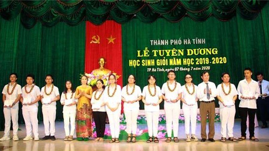 TP Hà Tĩnh tuyên dương gần 200 học sinh, giáo viên xuất sắc