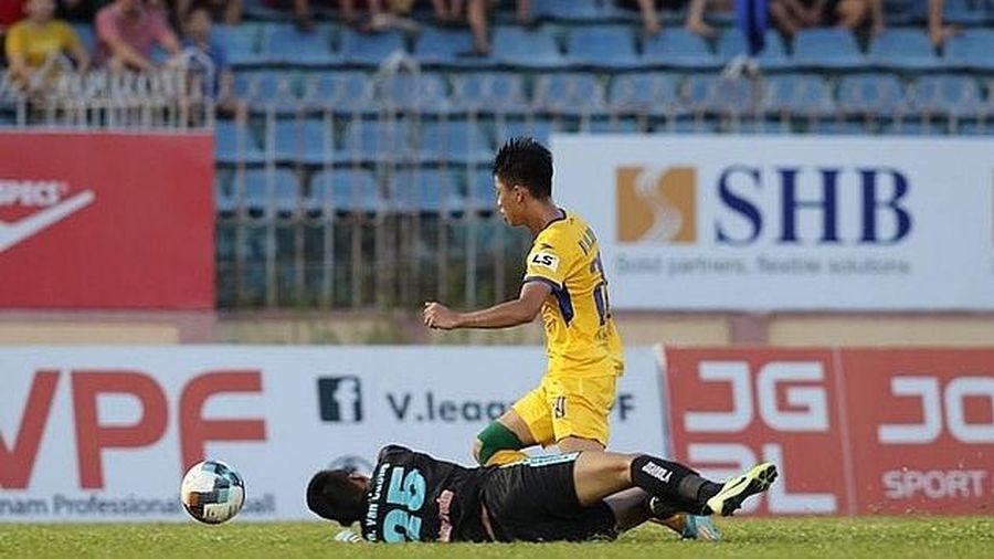 VFF yêu cầu xử lý những sai sót của trọng tài ở V-League