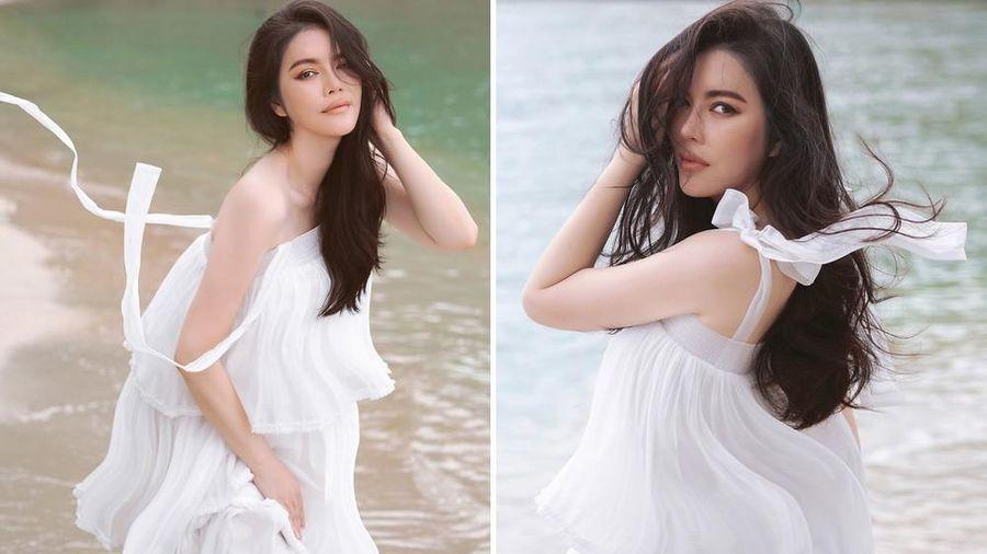Lý Nhã Kỳ diện váy trắng mỏng manh khoe dáng quyến rũ trước biển
