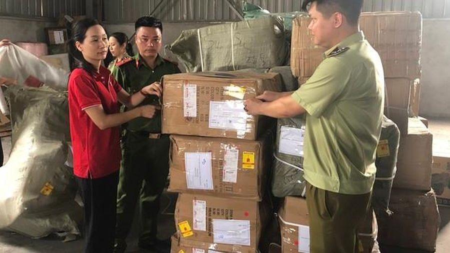 Lào Cai tạm giữ số lượng lớn đồ chơi trẻ em, giày dép 'vô chủ' có dấu hiệu nhập lậu