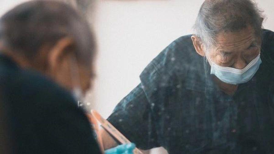 Thợ cắt tóc 58 năm cầm kéo ngậm ngùi đóng cửa tiệm phòng dịch