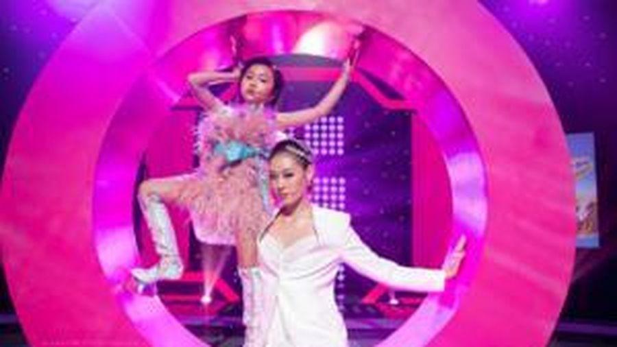 Siêu mẫu nhí Khánh An đi giày móng ngựa tạo dáng ngút ngàn bên Hoa hậu Khánh Vân