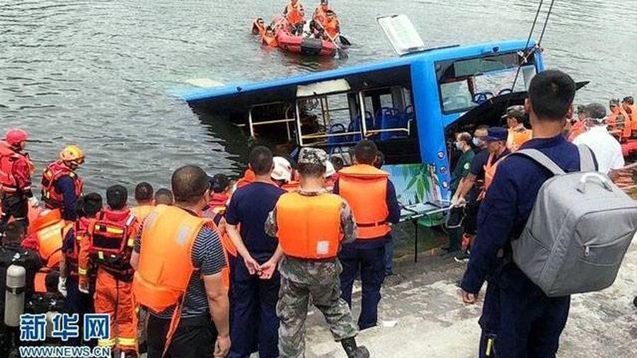 Xe buýt lao xuống hồ ở Trung Quốc làm 21 người thiệt mạng