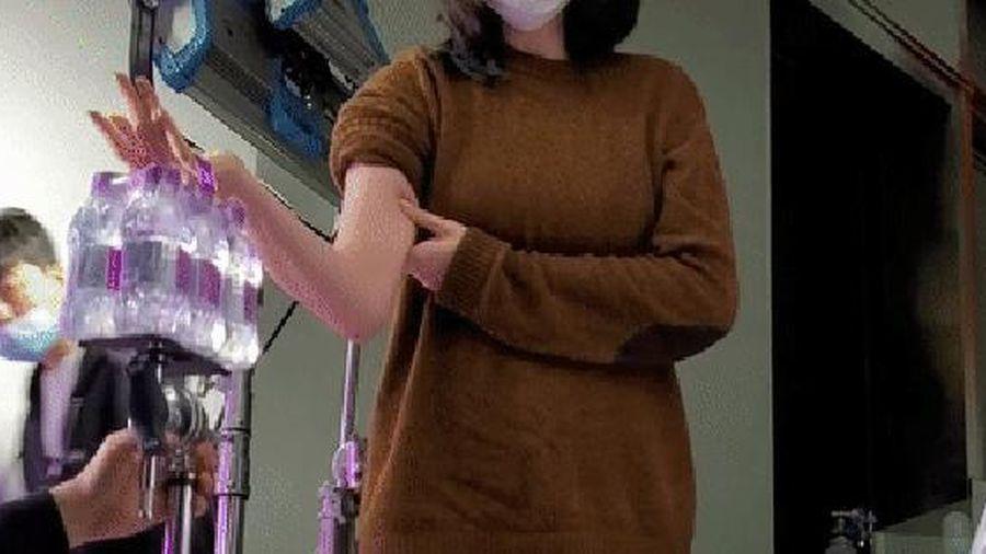 Loạt hình ảnh hậu trường của cô gái làm nghề cho thuê bàn tay, nâng đồ nặng và giơ cao tay đến mức 'rã cánh'
