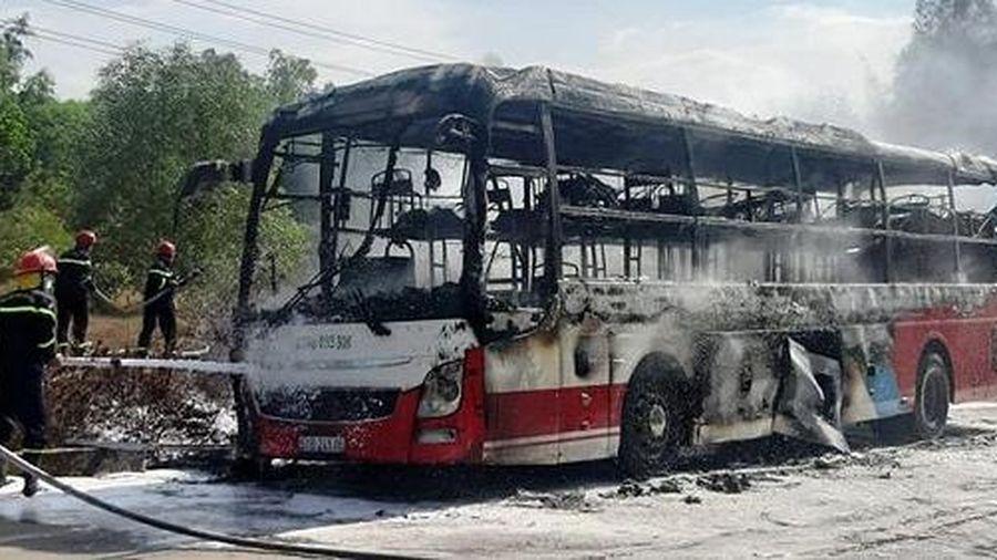 Xe giường nằm cháy trơ khung, 20 người thoát chết
