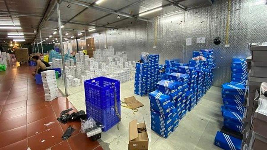 Cận cảnh kho hàng lậu bán hàng nhái các thương hiệu nổi tiếng mới bị triệt phá tại Lào Cai