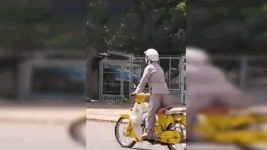 Clip: Hoảng hồn người phụ nữ lớn tuổi nằm... lái xe trên đường quốc lộ