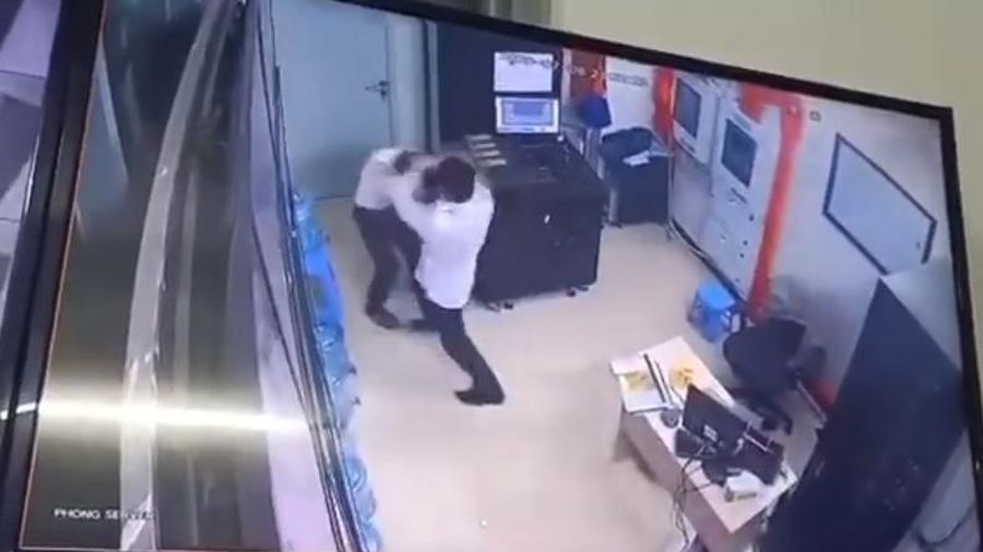 Hà Nội: Gã thanh niên đánh túi bụi nữ nhân viên bảo vệ chung cư