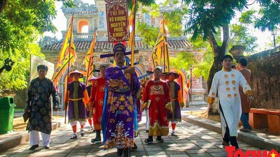 Hàng trăm tà áo dài diễu hành trên phố tri ân chúa Nguyễn Phúc Khoát