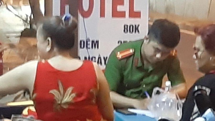 Thanh niên nghi cố thủ trong nhà dân, cầm hung khí tự đâm vào bụng ở Sài Gòn
