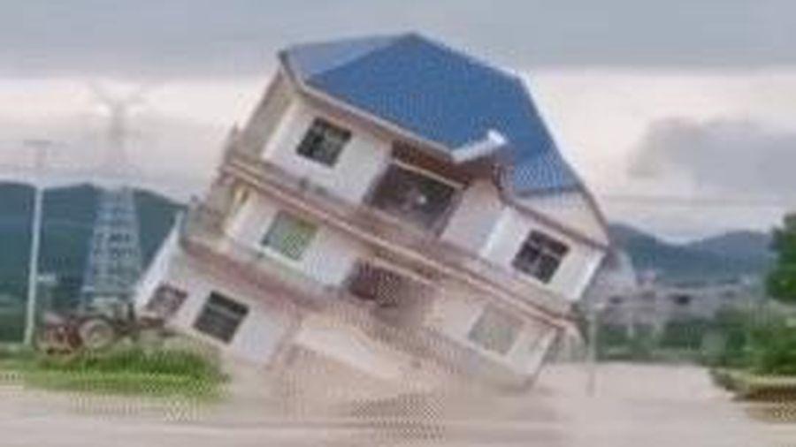 Cảnh tượng gây sốc: Ngôi nhà 3 tầng đổ sụp chỉ sau vài giây trong trận lũ lụt tàn phá nghiêm trọng ở Trung Quốc